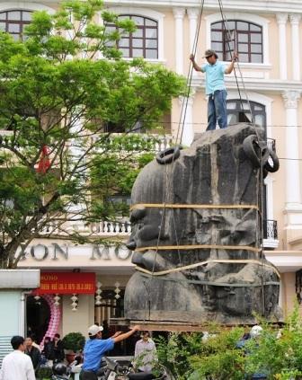 Di dời tượng Phan Bội Châu về bên bờ sông Hương