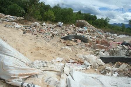Một ruộng lúa nhỏ đã bị hư hại hoàn toàn không thể canh tác được bởi rác