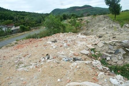 Rác xây dựng của khu du lịch Laguna đầy đường xã Lộc Vĩnh