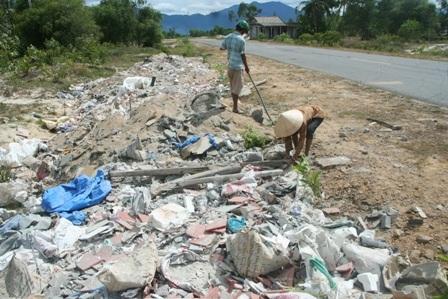Dân xã đi nhặt rác