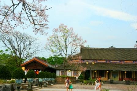 Ở Kinh thành Huế, bên cạnh 2 nhà Tả Vu - Hữu Vu