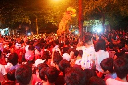 Đường phố Mai Thúc Loan chật kín người xem lân nhảy múa trên cột sắt