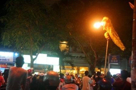 Khạc lửa trên sào ở đường Lê Lợi