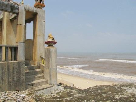 1 nhà thờ họ bị biển tiến tới chân, chuẩn bị đổ.
