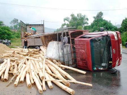 Xe chở gỗ tràm bị lật nhào trên QL1A.