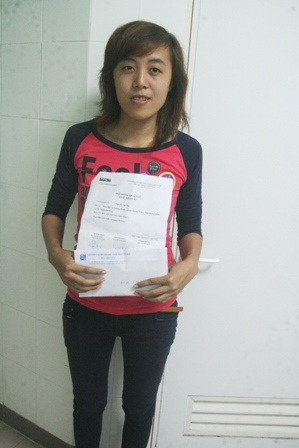 Em Nguyễn Thị Lý, chị gái Thu thay mặt em nhận quà nhân ái
