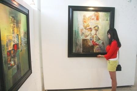 Người xem tranh tại phòng tranh cố họa sĩ tài ba Dương Đình Sang