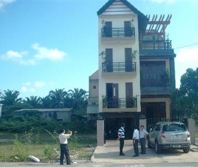 Ngôi nhà lầu 3 tầng của ông Lê Thiên Thành nằm chễm chệ trên đất của ông Trương Trọng Phương