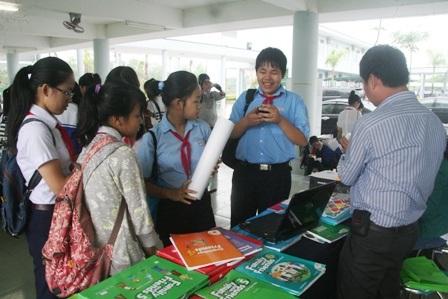 Học sinh Huế tham quan các gian hàng về sản phẩm học tiếng Anh trong ngày hội