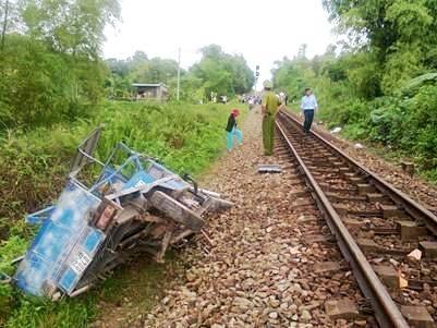 Chiếc xe mô tô tan tành sau cú va chạm với tàu lửa
