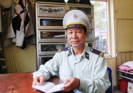 Ông Nguyễn Đăng Dư, Tổ phó Tổ bảo vệ BV Trung ương Huế trao đổi vụ việc với PV