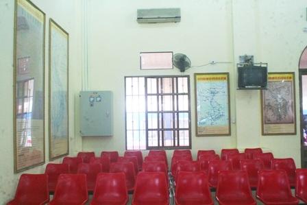 4 bản đồ nằm ở 2 tường vuông góc bao quanh các hàng ghế ngồicủa khách chờ tàu