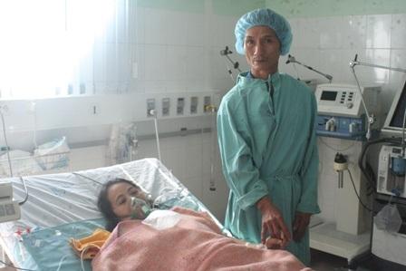 Anh ung thư, tật nguyền vào chăm vợ bệnh tim hàng ngày ở Trung tâm Tim mạch