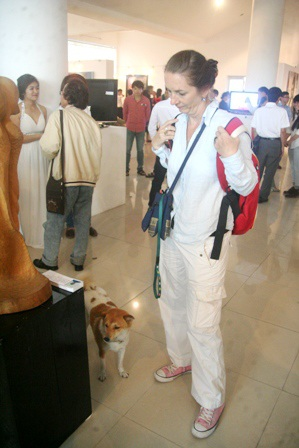 Có cả chó cưng đi cùng cô chủ người Tây đến xem triển lãm