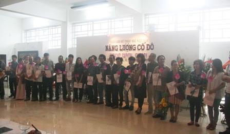 Tặng bằng chứng nhận và hoa sen giấy cho 55 nghệ sĩ trẻ