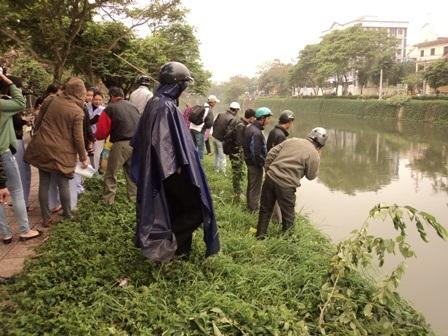 Người dân đứng xem nhiều bên 2 bờ sông An Cựu