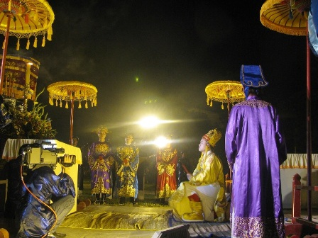 Vua (được đóng vai giả theo hình thức sân khấu hóa) tế ở đàn Xã Tắc tối 2-4