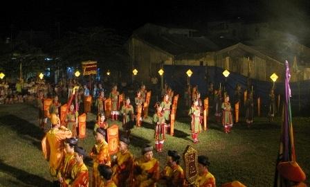 Các đội nữ binh, quan đứng thành đội hình ngay ngắn dưới chân đàn tế