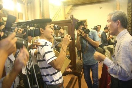 Đông đảo báo chí phỏng vấn nhà nghiên cứu Trần Đình Sơn (phải)