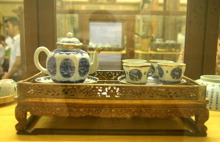 1 khay trà bằng sứ tinh xảo