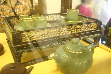 1 khay trà bằng ngọc có viền mạ vàng