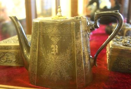 Ấm trà với hoa văn hoa lá