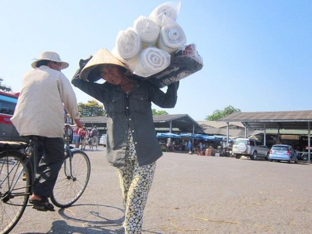 Những người lao động phổ thông bán mồ hôi đổi lấy miếng cơm manh áo