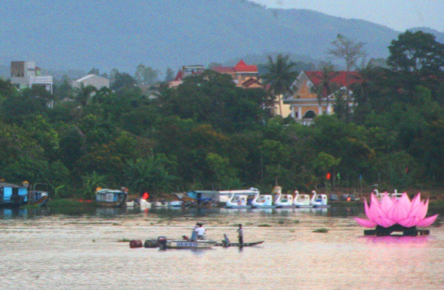 1 đóa sen giữa sông Hương bị chìm, thuyền cứu hộ đã ra tận nơi để xem xét
