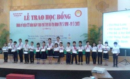 Các em HS tiểu học nhận học bổng.