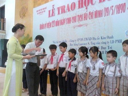 Ông Ngô Hòa - phó Chủ tịch tỉnh Thừa Thiên - Huế trao quà khuyến học đến học sinh nghèo hiếu học.