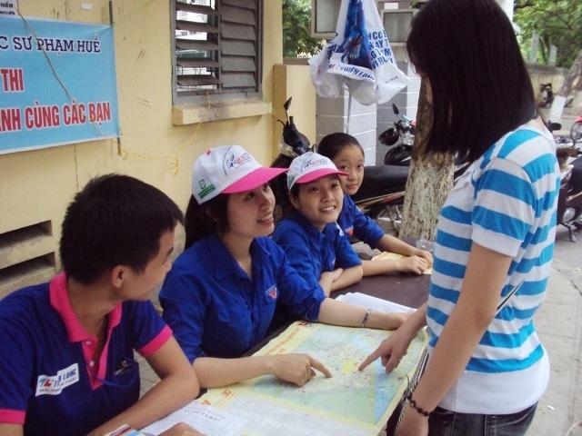 Thí sinh đến các điểm thi được tình nguyện viên hướng dẫn, mời về nhà ở trọ.