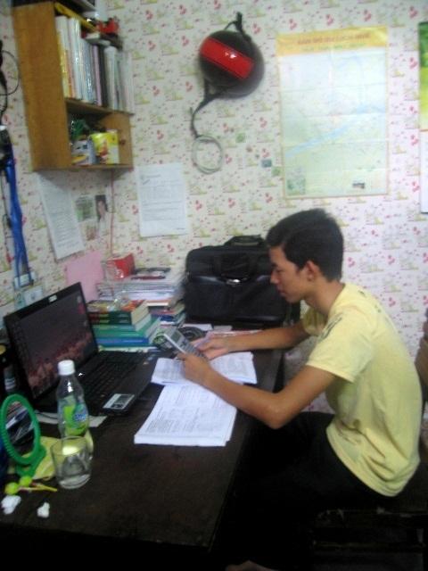Em Thong yên tâm học bài tại phòng trọ của anh Giàu