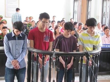 Từ trái qua: Trung - Bảo - Vũ - Thọ tại phiên tòa