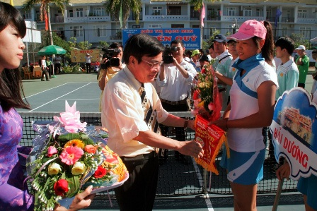 Ông Ngô Hòa, PCT thường trực UBND tỉnh TT-Huế trao hoa và cờ lưu niệm cho các đoàn