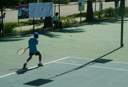 Các trận đấu đầu tiên buổi sáng diễn ra khá hay, với sự đồng đều của các tay vợt trẻ