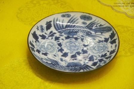 Đĩa trà vẽ hoa mẫu đơn, chủ đề phụng mao tế mỹ, niên đại năm 1868, đồ sứ do Đặng Huy Trứ ký kiểu