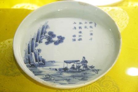 Đĩa đồ sứ Trung Quốc dùng tại Việt Nam, trang trí đề tài ngô đồng và trâu, cuối TK 18 - đầu TK 19