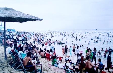 Biển Thuận An cách TP Huế 12 km luôn đông nghịt khách du lịch vào các dịp lễ (ảnh: Hoàng Gia)