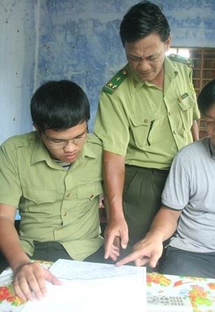 Ông Phan Dũng, Trạm trưởng kiểm lâm Phong Sơn (đứng) xác nhận khu vực phá rừng với PV