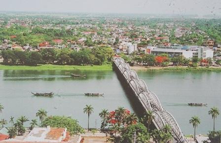 Và cầu Trường Tiền duyên dáng bên sông Hương hôm nay