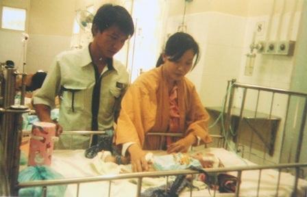 Đôi vợ chồng trẻ nghèo khó bên đứa con mang bệnh nặng đang dần kiệt sức