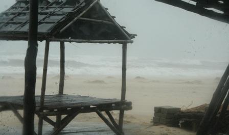 Sóng biển lớn đã tiến sát, uy hiếp nhiều nhà cửa tại biển TT-Huế