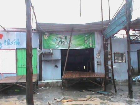 Một trong số nhiều cửa hàng bán đồ hải sản ở biển Thuận An bị thổi bay