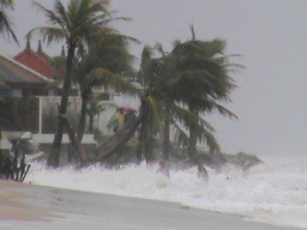 Sóng đánh dữ dội vào kè của resort Ana Mandara