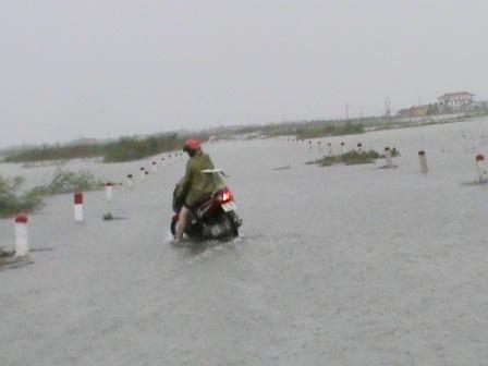 Đường về xã Hải Dương, thị xã Hương Trà vẫn còn bị chia cắt do nước tràn qua đầy QL 49B