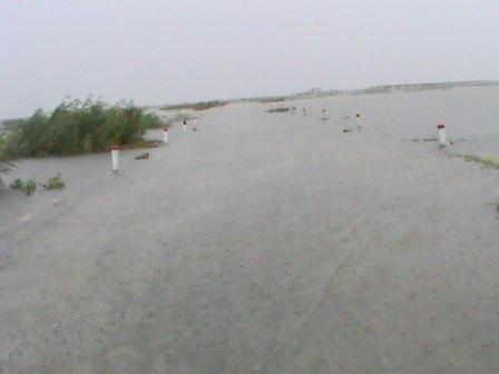 QL 49 dẫn đến cầu Ca Cút nối vào xã Hải Dương, thị xã Hương Trà mênh mông nước