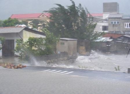 Nước tràn qua QL 1A ở thị trấn Lăng Cô, huyện Phú Lộc