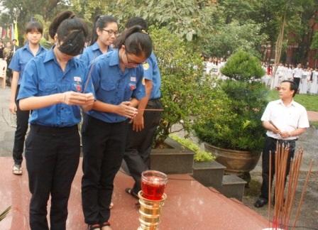 Các thế hệ học sinh mới tại Quốc Học dâng hương lên Đại tướng.