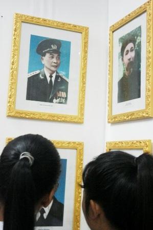 Hình ảnh Đại tướng Võ Nguyên Giáp trong phòng truyền thống trường.