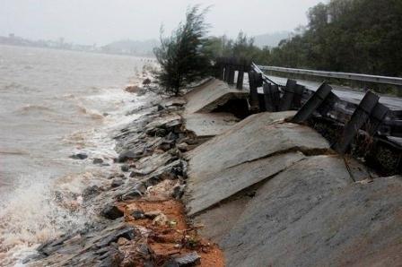 Sóng đánh sạt lở bờ tại đường Trịnh Tố Tâm ven đầm Lập An (Ảnh: Đức Cường)